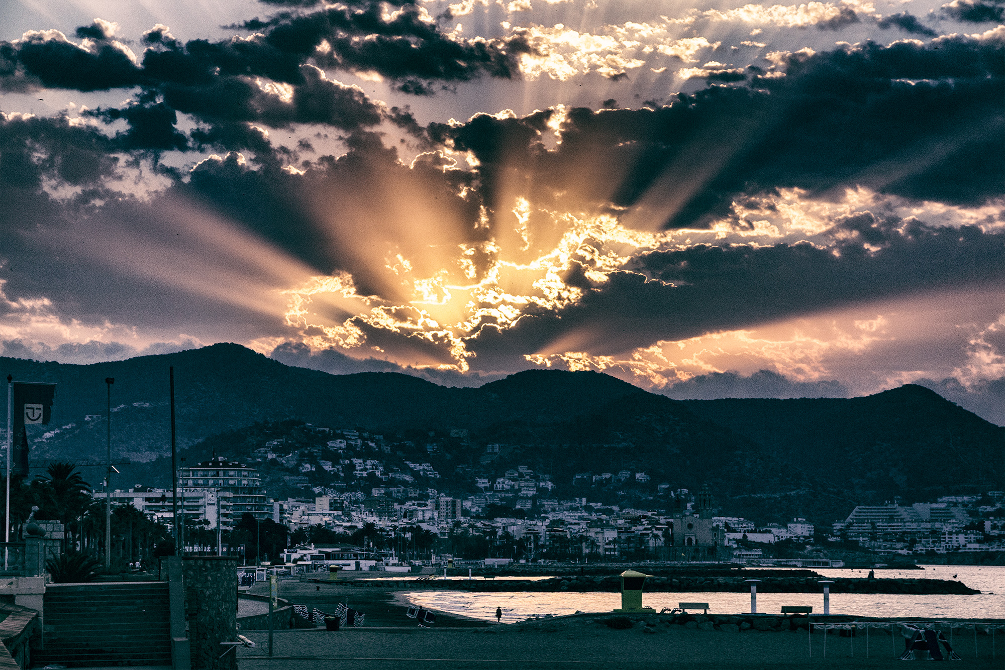 Sonnenaufgang in Sitges, Spanien. Die Sonne glüht.