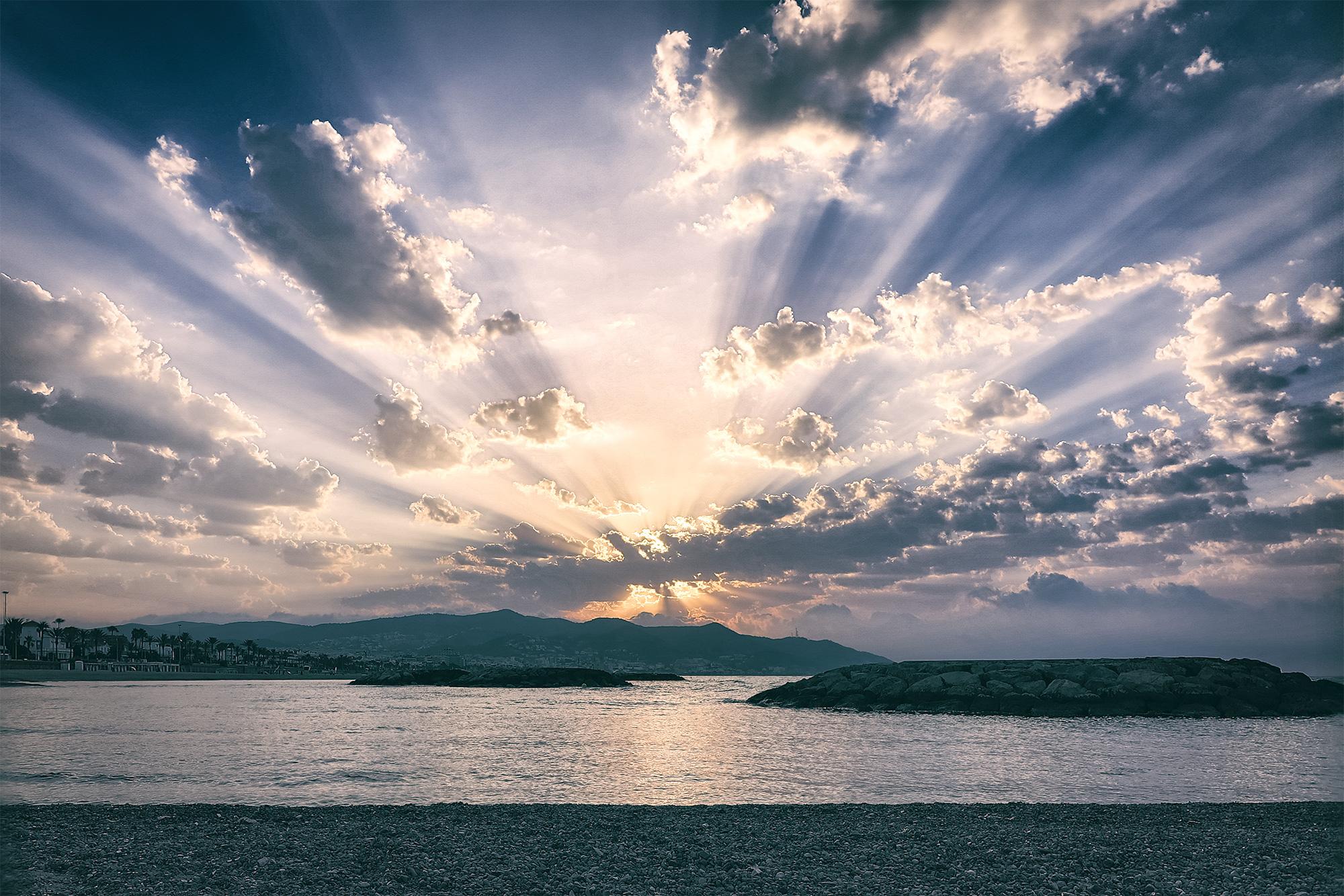 Sonnenaufgang in einer kleinen spanischen Stadt
